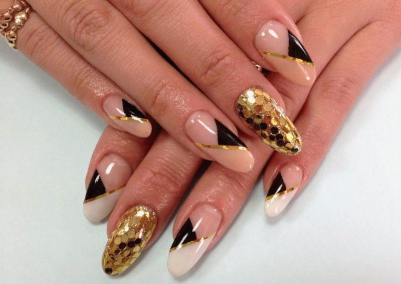 Géométrie dorée sur les ongles longs