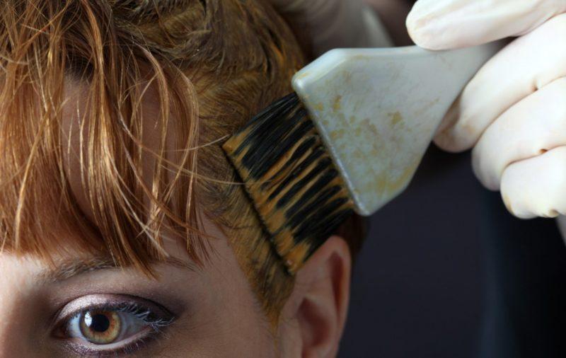 Het aanbrengen van agressieve haarverf