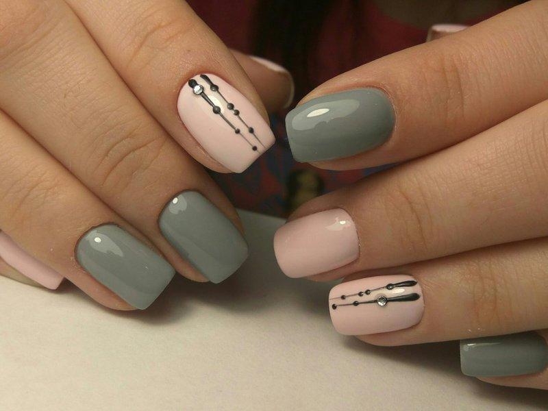 Minimalistische nail art met stippen.