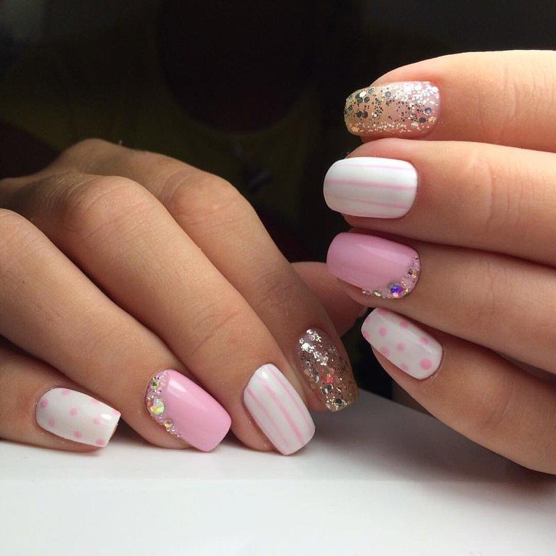 Lichtroze manicure met schellak en strass