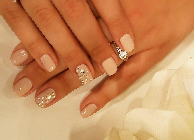 Gevoelige manicure met druppeltjes