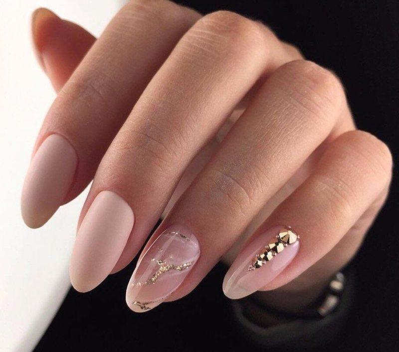 Gevoelige manicure met schellak en strass