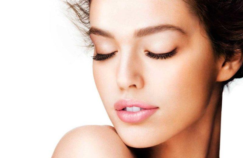 Normaal huidtype van het gezicht van een vrouw na 30