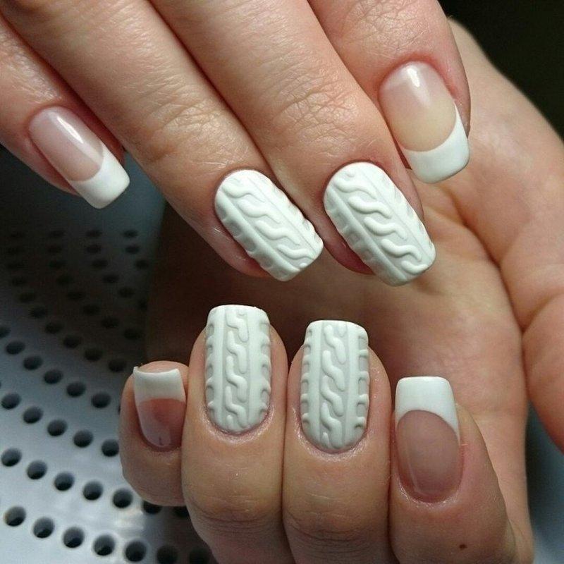 Gebreide manicure op een witte basis