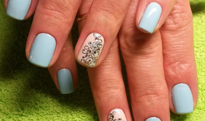 Gevoelige manicure met een zilveren patroon