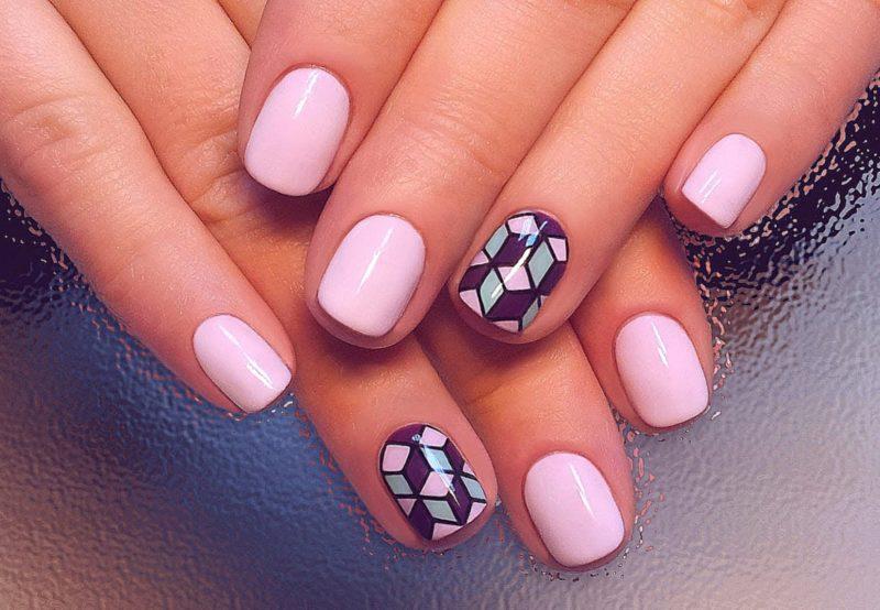 Roze manicure met abstractie.