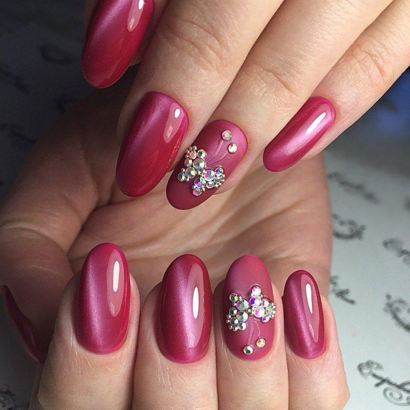 Roze manicure met schellak en strass