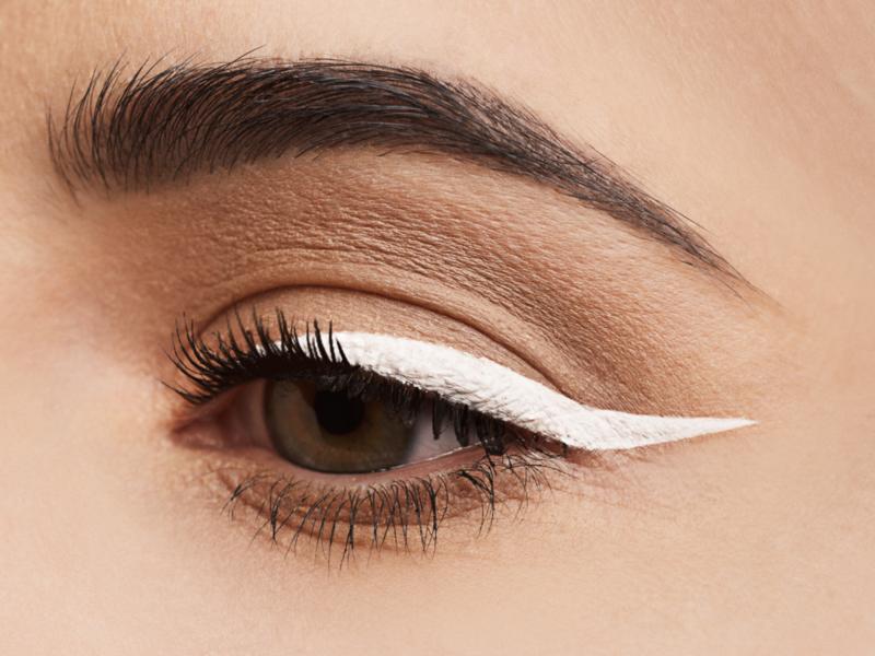 Maquillage léger avec des flèches blanches