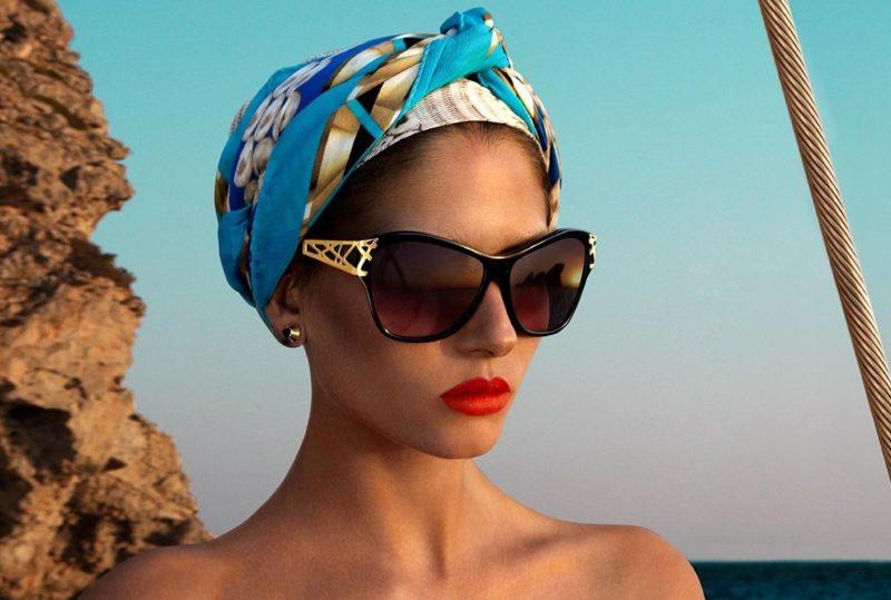 Foulard coloré et larges lunettes