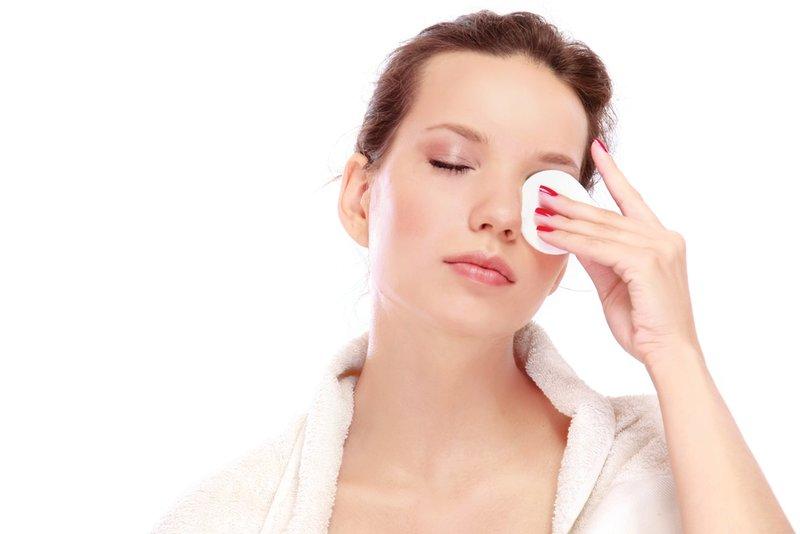 Make-up verwijderen met een wattenschijfje