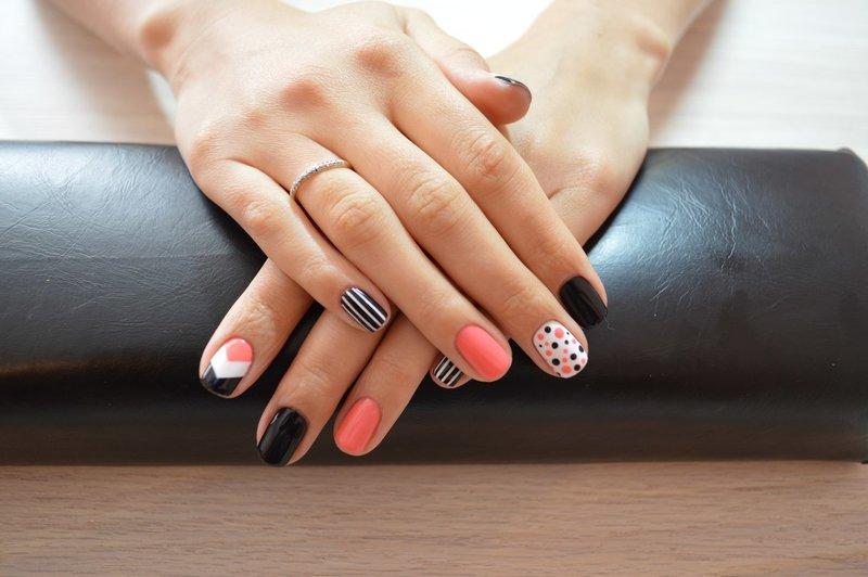 Stijlvolle manicure met schellak op korte nagels