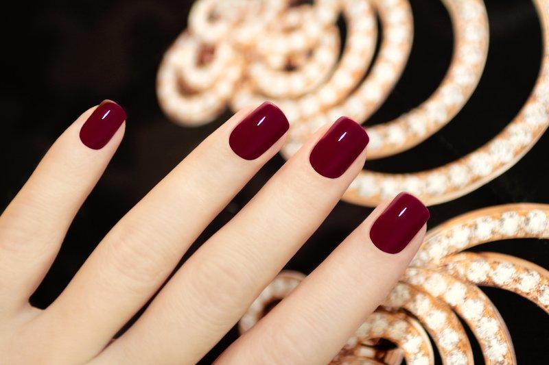 Marsala-kleur op nagels
