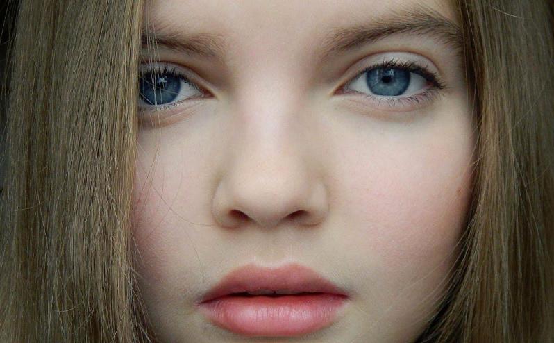 Lengvas makiažas 11 metų mergaitei: tušas tepamas ant blakstienų, o persikų atspalvio balzamas ant lūpų