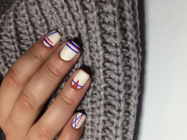 Grafische manicure op een witte basis