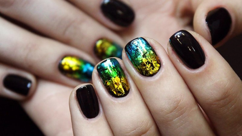 Zwarte manicure met gekleurde folie