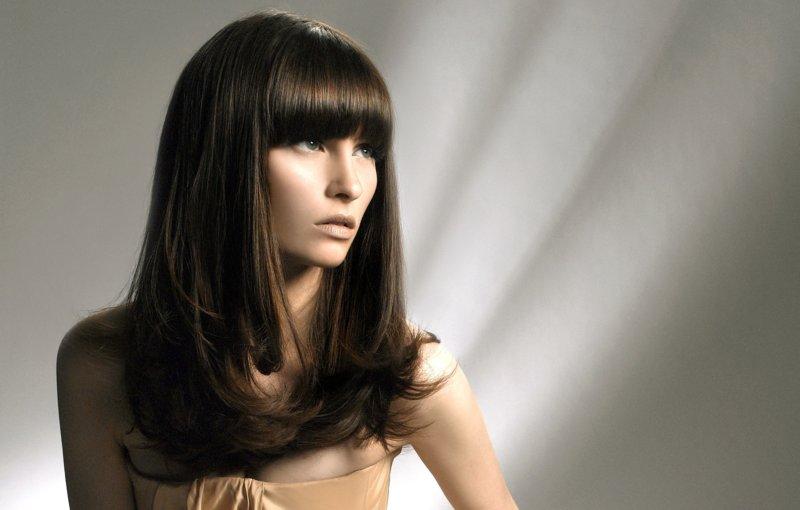Mergaitė su šukuosenos kopėčiomis su tiesia sprogimo ant ilgų plaukų