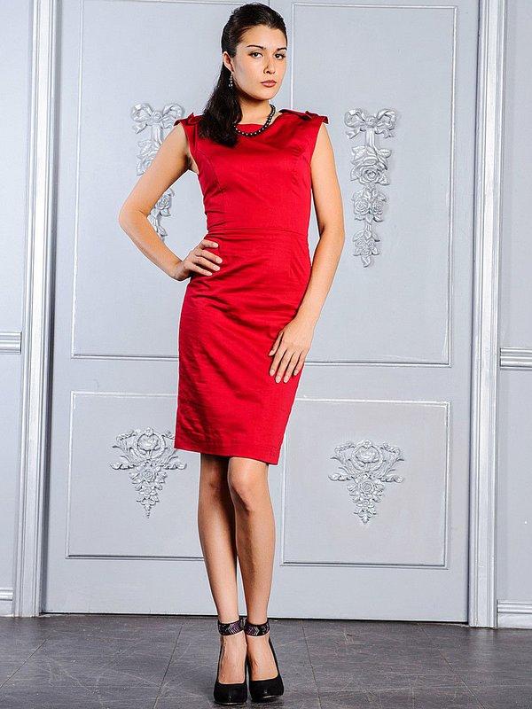 Meisje in een rode jurk van de cocktailschede