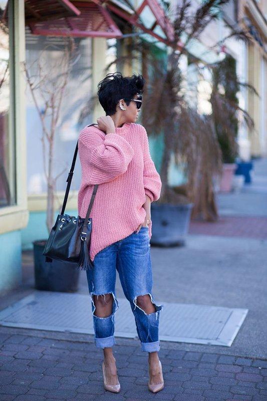Meisje in oversized trui met jeans vriendjes.