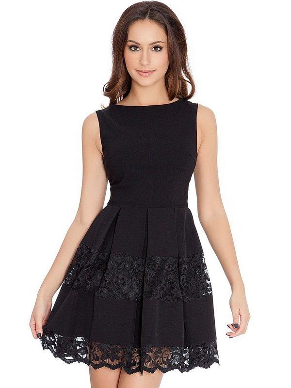Meisje in een zwarte cocktailjurk met kant op een rok