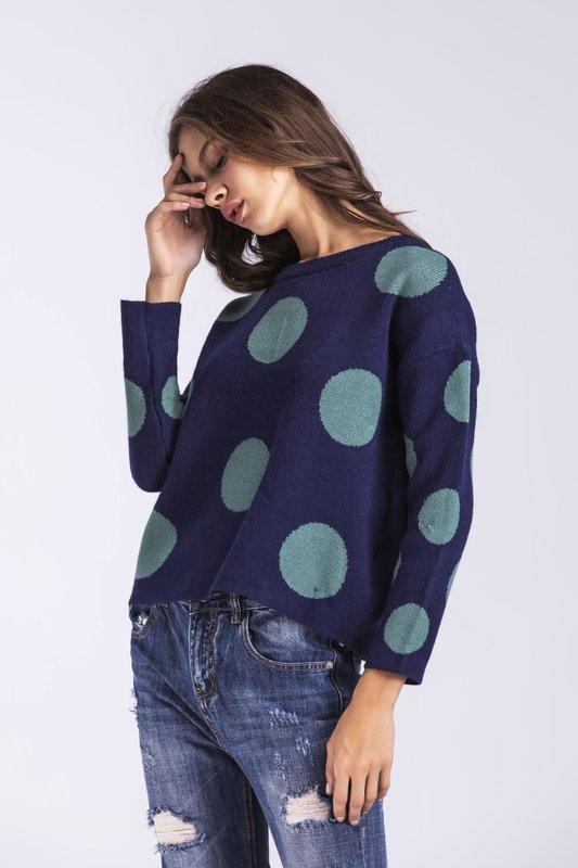 Meisje in een crop sweater in grote erwten