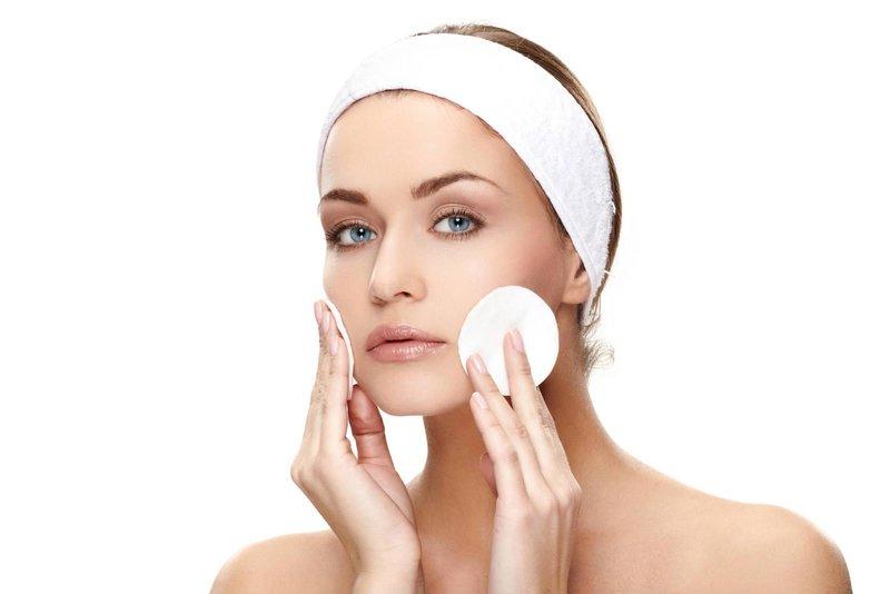 Voorbereiding voor het aanbrengen van een gelatinemasker op de huid van het gezicht