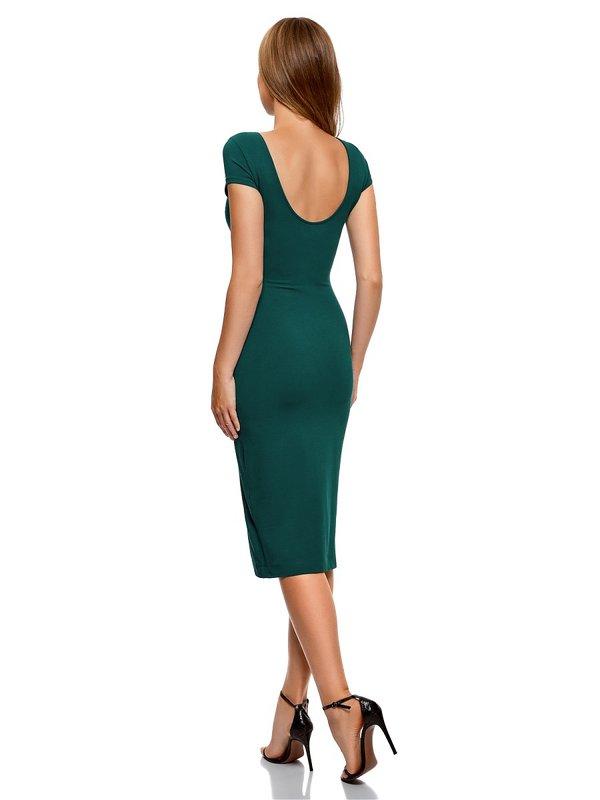 Meisje in een cocktail schede jurk met een hals aan de achterkant