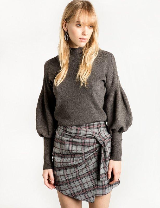 Meisje in een trui met pofmouwen