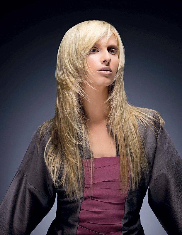 Mergaitė su šukuosenos kaskadu ant ilgų plaukų, sujungtų su kirpčiukais