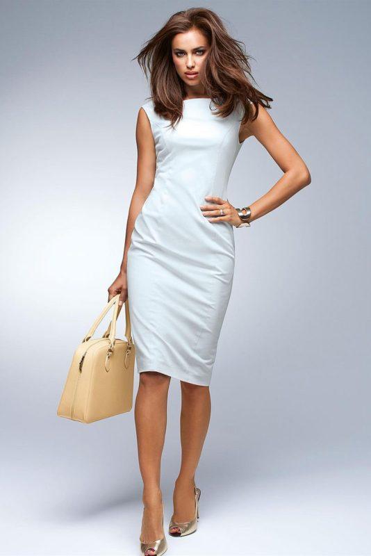 Meisje in een witte jurk van de cocktailschede met een boothals