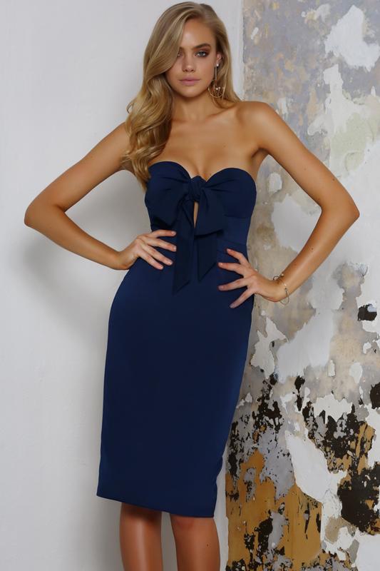 Meisje in een blauwe cocktailjurk met open schouders