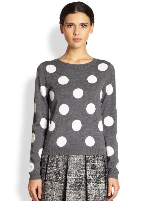 Meisje in een trui en rok met erwtenprint