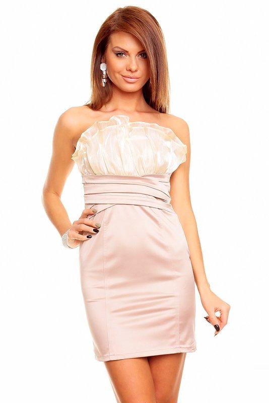 Meisje in een beige strapless jurk
