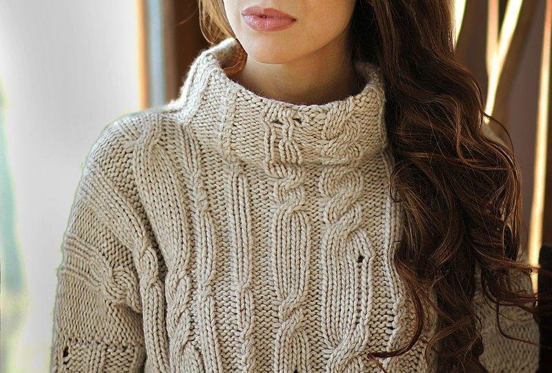 Meisje in een trui met een origineel breisel