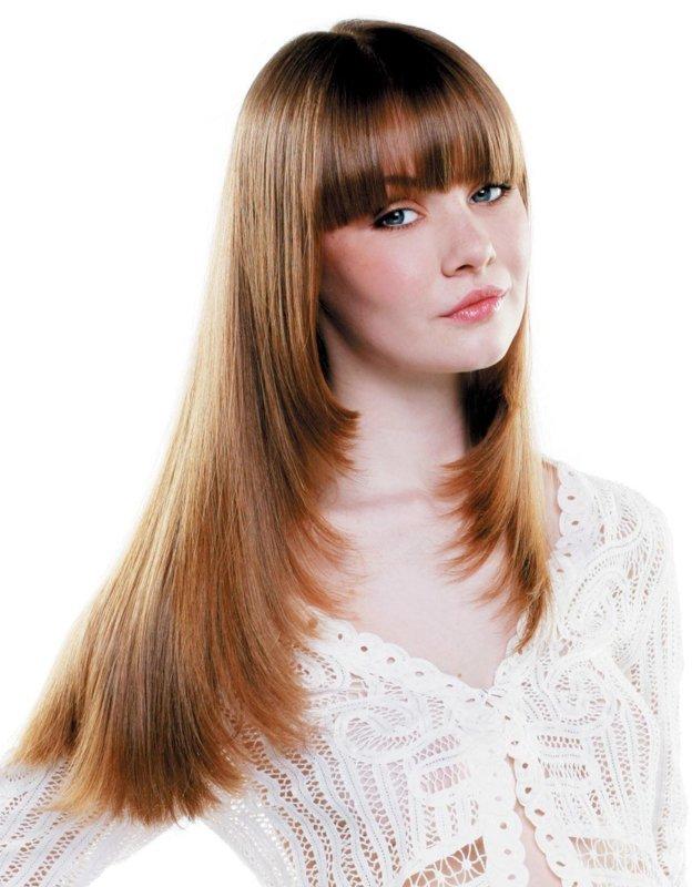 Mergaitė su šukuosenos kopėčiomis ilgiems plaukams kartu su kirpčiukais