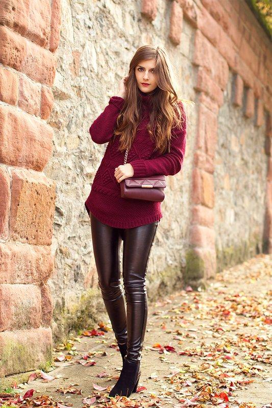 Meisje in een trui in Marsala-kleur.