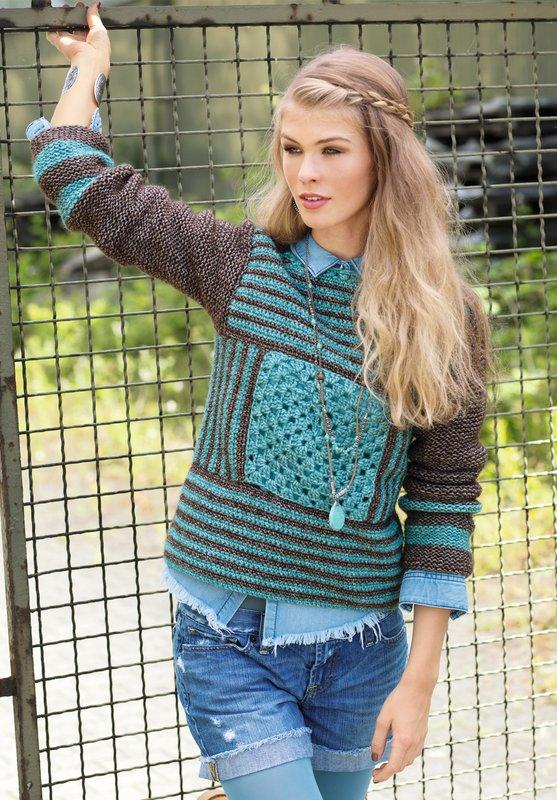 Meisje in een trui met een patroon in de vorm van strepen en vierkanten.