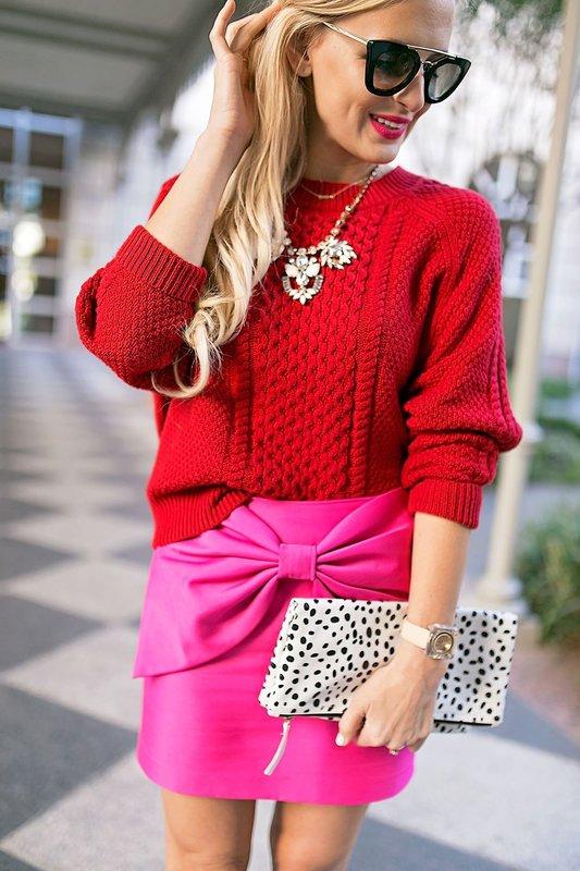 Meisje in een rode trui en een roze rok