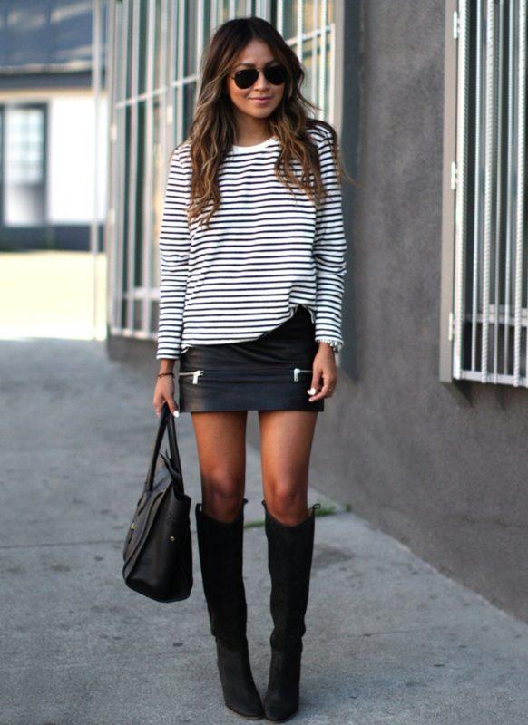 Meisje in een horizontale gestreepte trui en minirok