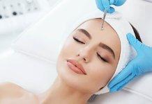 Esthéticienne nettoyage du visage