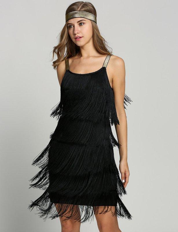Meisje in een cocktailjurk met een franje over de gehele lengte van de jurk