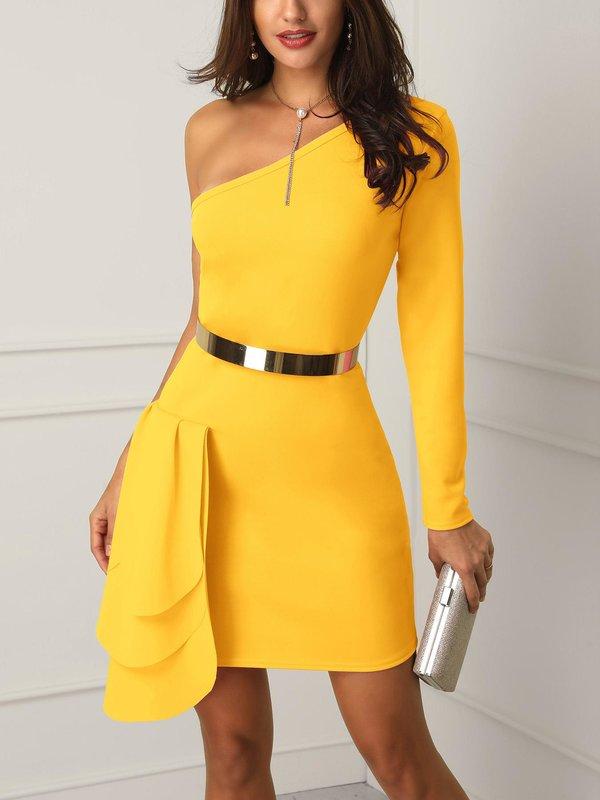 Meisje in een gele cocktailjurk met een glanzende riem