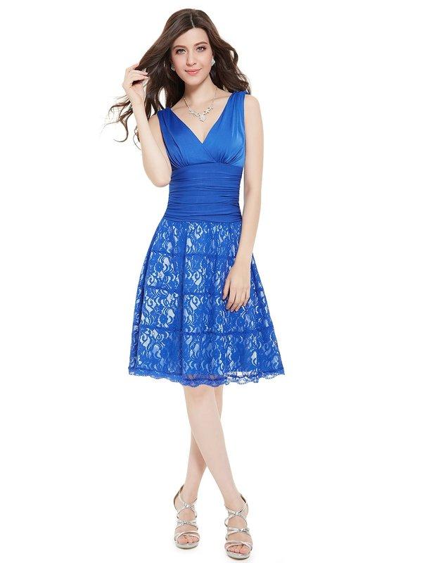 Meisje in een blauwe cocktailjurk met kant op een rok