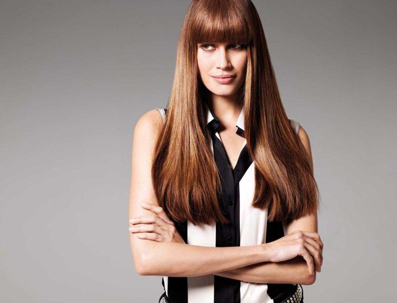 Mergina tiesiais ilgais plaukais ir lygiais kirpčiukais