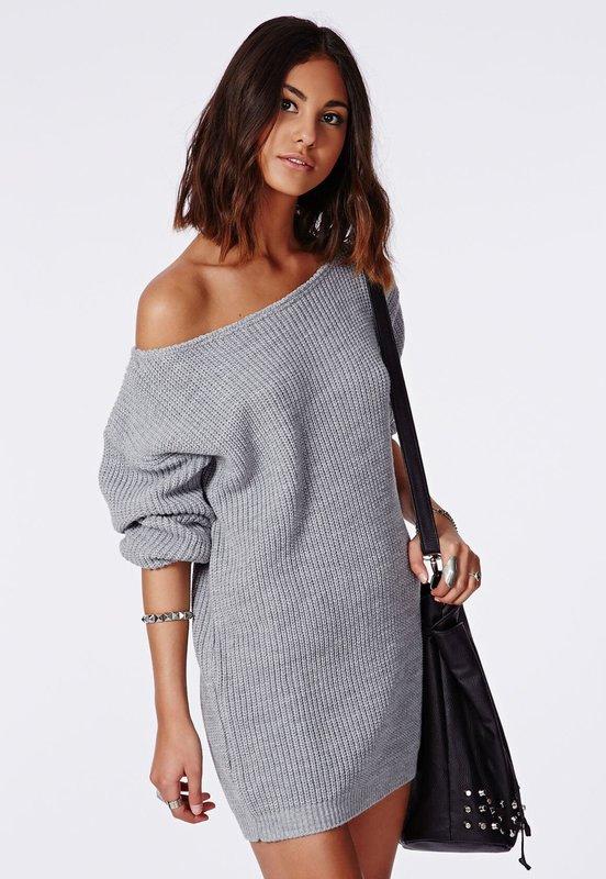 Meisje in een sweaterjurk met een halve mouw