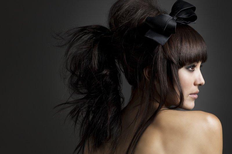 Ilgaplaukės merginos šukuosena su kirpčiukais