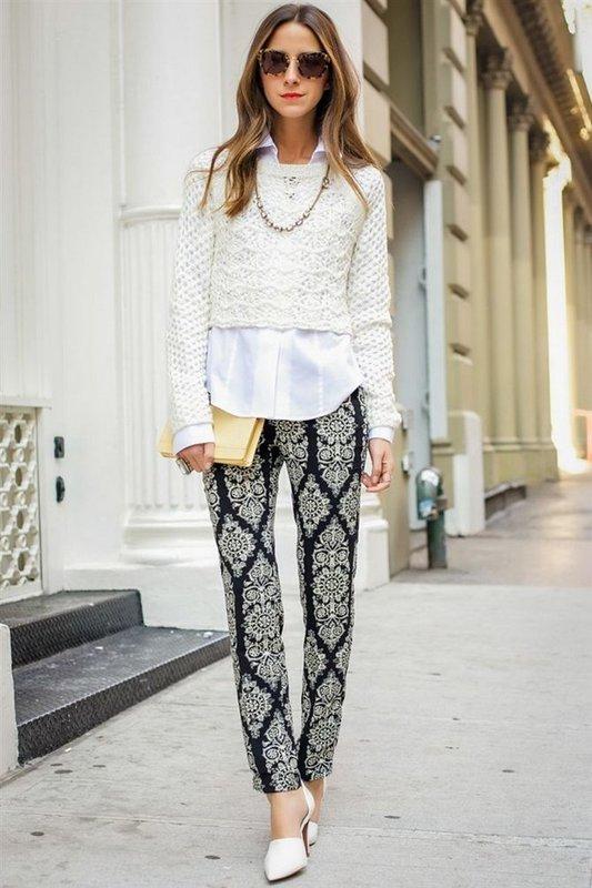 Bijgesneden trui met een wit shirt en rechte broek