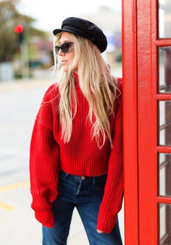 Meisje in een rode oversized trui