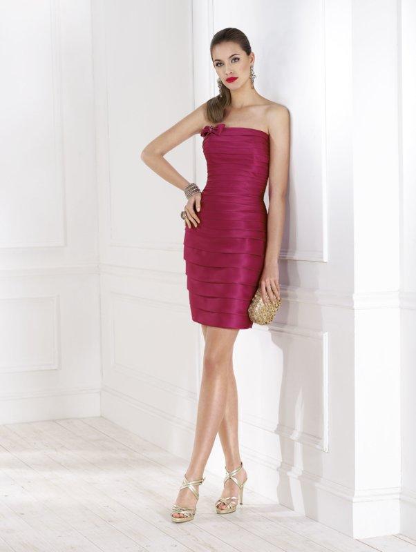 Meisje in een gepaste cocktail bandeau jurk