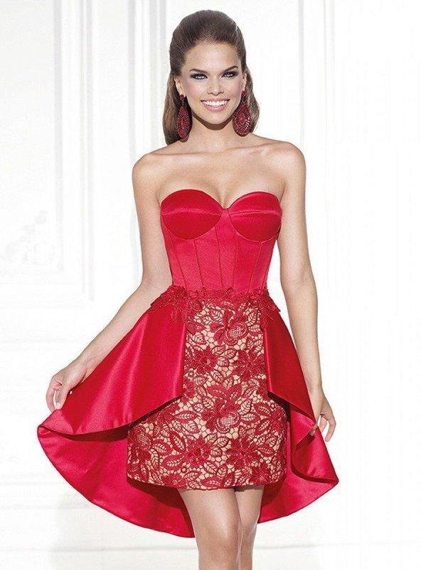 Meisje in een rode cocktailjurk met een kanten rok