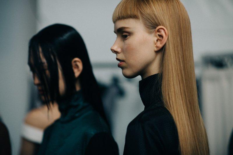 Itin trumpų kirpčiukų mergina kartu su ilgais plaukais